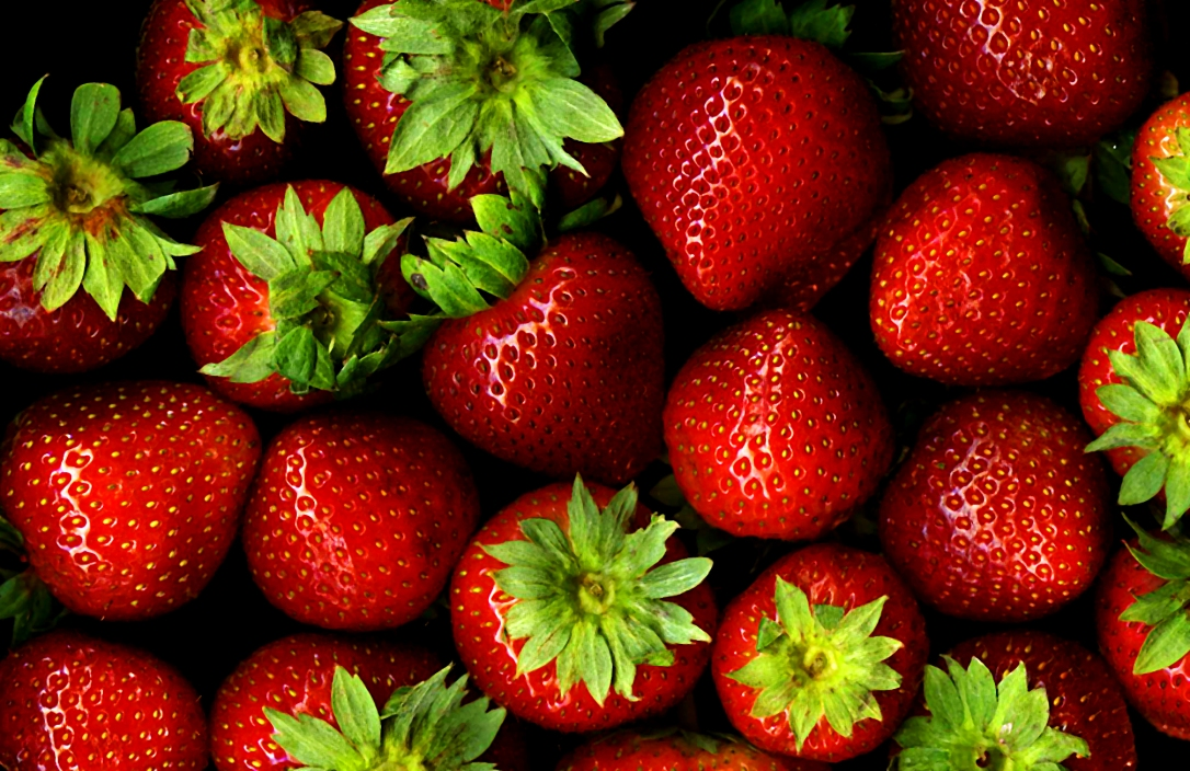 Strawberries_with_hulls_-_scan.jpg